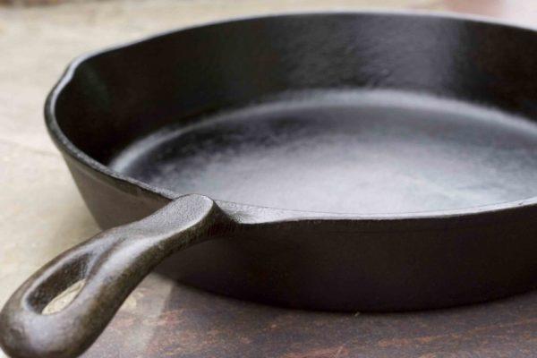 Як очистити чавунну сковорідку від нагару