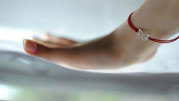Що означає червона нитка на руці та як її носити
